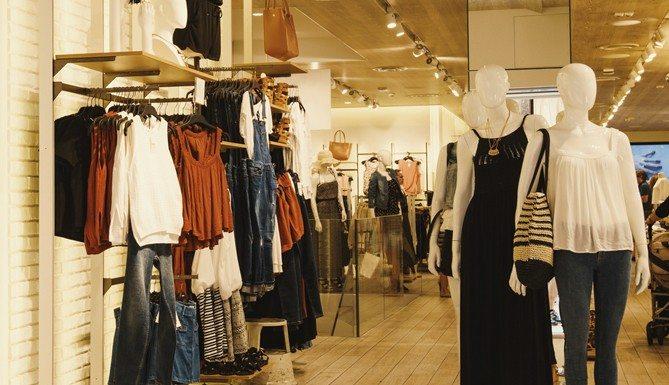 Cách trang trí shop quần áo thu hút khách hàng
