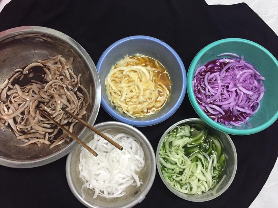Cách làm mứt dừa ngũ sắc được tạo màu từ các nguyên liệu tự nhiên