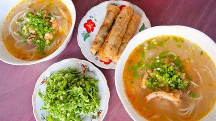 Bánh canh Quảng Bình ăn chung với ram hoặc bánh mỳ thì quá tuyệt