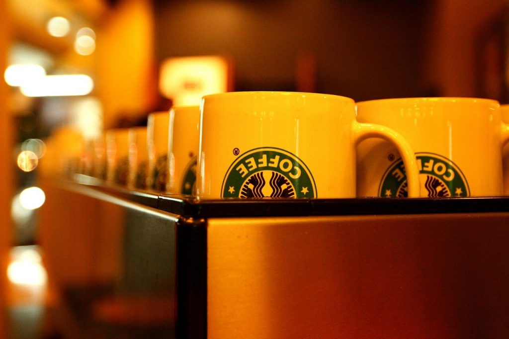 Một cách trang trí thông minh mang đầy ẩn ý khác được Starbucks thể hiện qua việc sử dụng ánh đèn