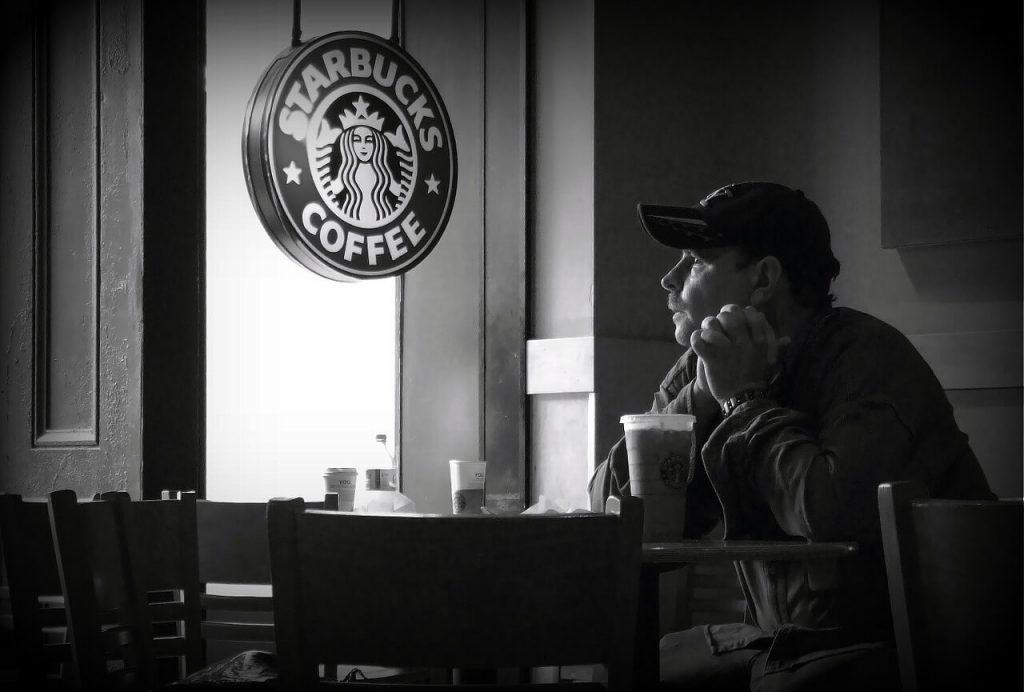 """Do đó Starbucks hay nhiều quán cà phê khác như Highland Coffee áp dụng khá tốt """"bẫy"""" tâm lý"""
