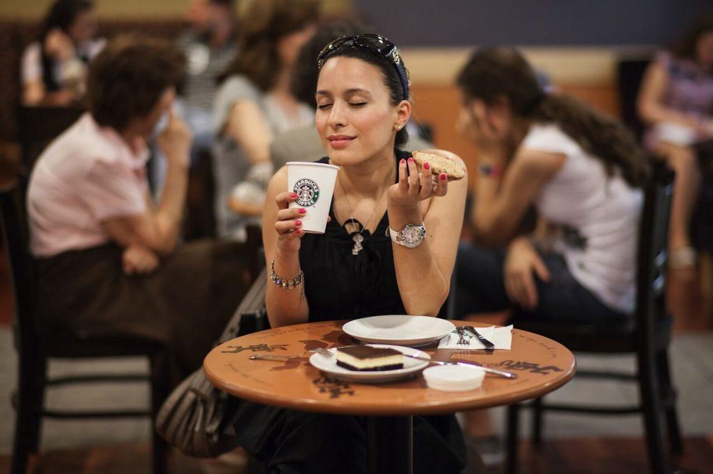 """Những người đến uống Starbucks một phần vì chất lượng cà phê, một phần chính là cảm giác """"cao cấp"""" mà thương hiệu này mang tới."""